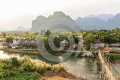 Widok drewniany most nad rzeczną piosenką, Vang vieng, Laos.