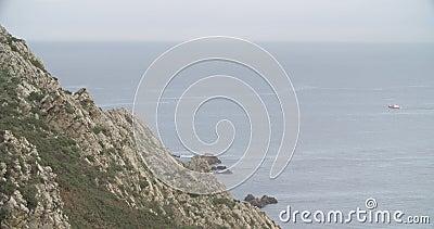 Widok falezy baza z morzem w horyzoncie i łódkowatym żeglowaniu zbiory wideo