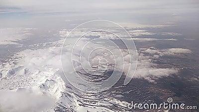 Widok nakrywać góry od samolotu porthole i chmury zbiory