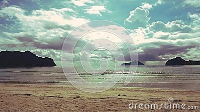 Widok piasku, morza i słońca w dzień nikt na miejscu zbiory