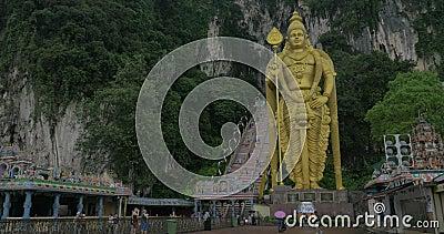 Widok wejście w Batu Zawala się przeciw górze, schody i Murugan złocista statua, Gombak, Selangor, Malezja zbiory wideo