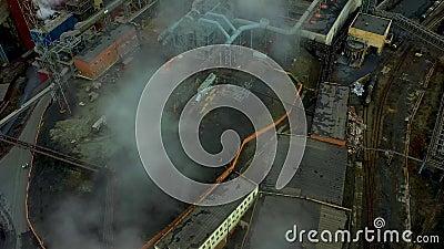 Widok wielkiego pieca z powietrza Stara fabryka Widok z powietrza na miasto uprzemysłowione z atmosferą i wodą rzeczną zbiory