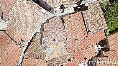 Widok z góry czerwonych dachów małych domów w Petrello Salto Włochy zdjęcie wideo