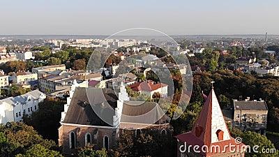 Widok z lotu ptaka Drohobych miasto, Ukraina Dzwonkowy wierza Bartholomew i antyczny ko?ci?? St, ?r?dmie?cie Dowiedziony strza?,  zbiory wideo