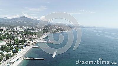 Widok z lotu ptaka miasto blisko morze z łodzią zbiory wideo