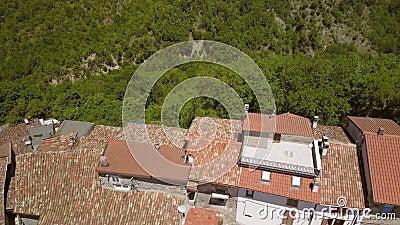 Widok z lotu ptaka na czerwony dach w Petrello Salto zdjęcie wideo