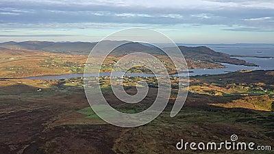 Widok z lotu ptaka na Teelin w hrabstwie Donegal na Drogę Wild Atlantic w Irlandii - widziany z Ligi Slieve zbiory
