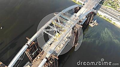 Widok z lotu ptaka niedokończony Podolsko-Voskresensky most przez Zaporoską rzekę w Kijów, Ukraina zbiory wideo