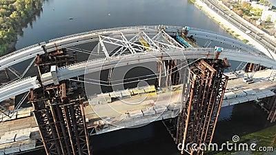 Widok z lotu ptaka niedokończony Podolsko-Voskresensky most przez Zaporoską rzekę w Kijów, Ukraina zbiory