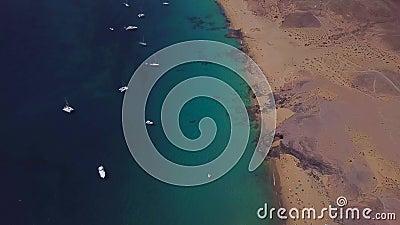 Widok z lotu ptaka strzępiaste plaże Lanzarote i brzeg, Hiszpania, kanarek Papagayo plaża zbiory wideo