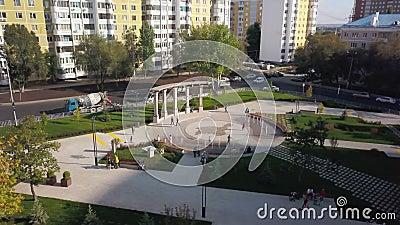 Widok z powietrza na nowoczesny park z fontannami w mieście jesienią w pogodzie letniej zdjęcie wideo