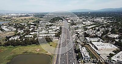 Widok z powietrza na przedmieścia gęste drzewa dachowe drzewa sosnowe samochody autostrada 101 marsz na lewo trzymaj hover ruchy  zbiory wideo