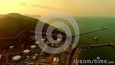 Widok z powietrza na przemysł petrochemiczny ciężki na morzach zdjęcie wideo