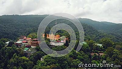 Widok z powietrza na Wat Doi Suthep, wyjątkową świątynię buddyjską w Chiang Mai, na szczycie góry Doi Pui, otoczoną przez zbiory wideo