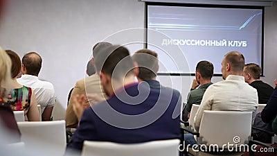 Widok z tyłu osób siedzących w sali podczas wykładu Sztuka Dorośli przybyli na kurs wykładowy lub rozwojowy Prezentacja w zdjęcie wideo