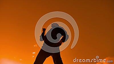 Wie eine Sieger Schattenbildhand des Mannes oben glauben, der seine Faust im Luftlebensstil pumpt Mannsieg-Geschäftsmannkonzept