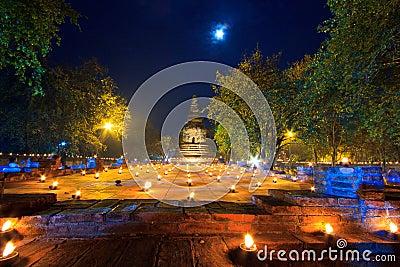 Świeczki wokoło antycznej świątyni