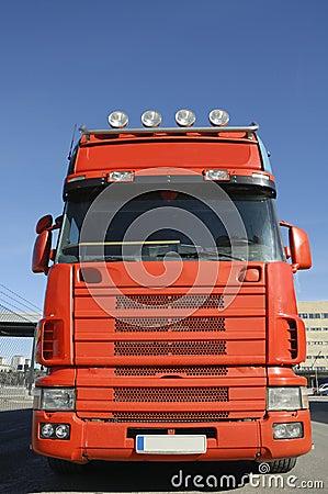 Wielka niebieska ciężarówka czerwona niebo