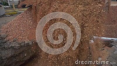 Wielki żółty ładowacza dolewania piasek i brud w jamę zbiory wideo
