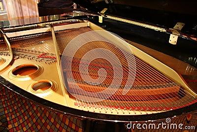Wielki wewnątrz pianino