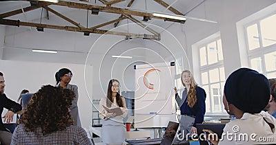 Wieloetniczna kreatywnie biuro drużyna słucha szczęśliwy blondynki biznesowej kobiety wiodący finansowy konwersatorium przy cowor zbiory
