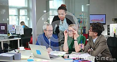 Wieloetniczny drużynowy coworking w wprowadzać na rynek ordynacyjnej firmy biuro zdjęcie wideo