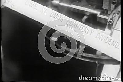 Wijd geschoten van activiteit bij het uitwisselen van vloer, jaren '30 stock videobeelden