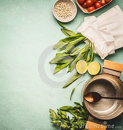 Free Wild Garlic In Paper With Cooking Pot And Spoon, And Ingredients On Kitchen Table Background, Top View Stock Photos - 113926623