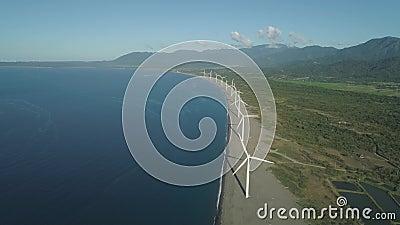 Windenergieerzeuger Windturbinen in der Nähe des Meeres Solarfarm mit Windmühlen Philippinen, Luzon stock footage