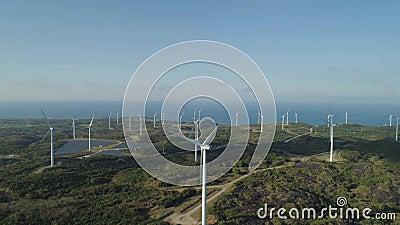 Windenergieerzeuger Windturbinen in der Nähe des Meeres Solarfarm mit Windmühlen Philippinen, Luzon stock video