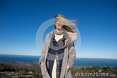 Windiger Tag auf die Oberseite eines Berges in Maine