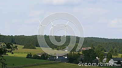 Windmühle der Himmelhintergrund an einem sonnigen Tag stock video