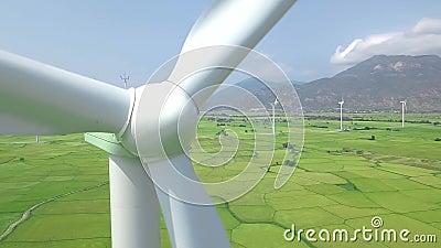 Windmühlenarbeitsturbinegenerator auf Energiestationsabschluß oben Vogelperspektivewindmühlenturbine auf eco Energie-Kraftwerk stock video footage