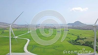 Windmolenturbine op de macht van de energieinstallatie op landbouwgebied Satellietbeeldwindenergie die landbouwbedrijf op groen g stock videobeelden
