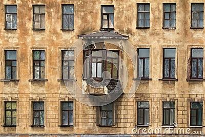 windows dans une rang e et fen tre en saillie sur la fa ade de l 39 immeuble photo stock image. Black Bedroom Furniture Sets. Home Design Ideas