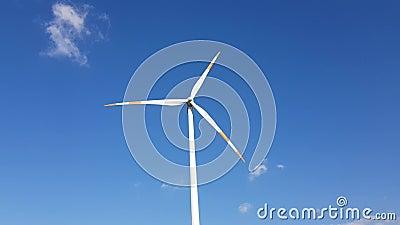 Windturbine und blauer Himmel stock video