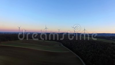 Windturbinen, gelbes Feld stock video footage