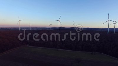 Windturbinen, gelbes Feld stock footage
