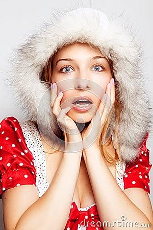 Winterüberraschung - nette überraschte junge Frau