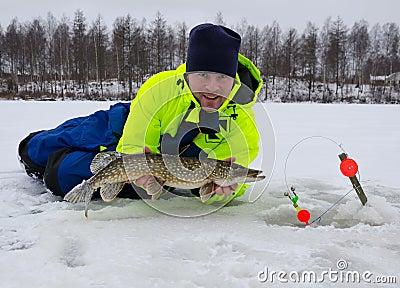 Winter glücklichen Tag fischend