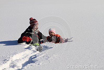 Winter : mom with child in snow