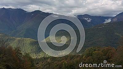 Winterpanorama einer Berglandschaft, in der Nähe der Stadt Sochi, Russland Schöner Bergluftschuss Gorky stock video footage
