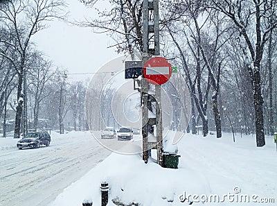 Winterschneesturmverkehr Redaktionelles Stockfotografie