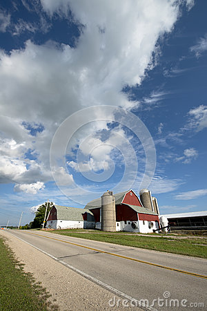 Free Wisconsin Dairy Farm, Barn, Farmhouse, Blue Sky And Clouds Stock Photography - 33588642