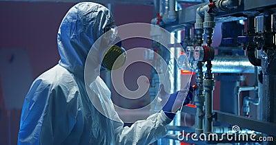 Wissenschaftler in hazmat Klage Messger?te ?berpr?fend stock video footage