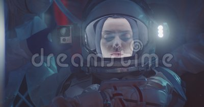 Wissenschaftler helfen dem Astronauten, Raumfahrtgeräte anzubringen