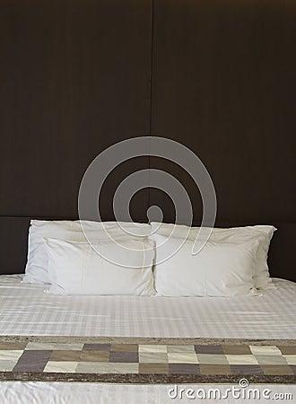 Wit bed en houten hoofdeinde stock foto 39 s beeld 27902153 - Witte hoofdeinde ...