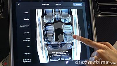 Wnętrze Tesla modela X elektryczny samochód z wielką dotyka ekranu deską rozdzielczą zdjęcie wideo