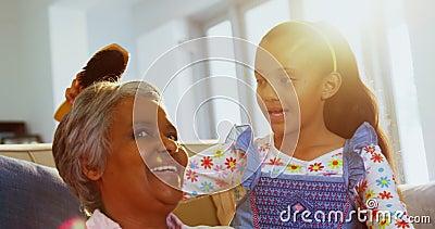 Wnuczka szczotkuje jej babcie włosiane w żywym pokoju 4k zdjęcie wideo