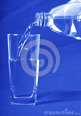 Woda nalewał wewnątrz szkło